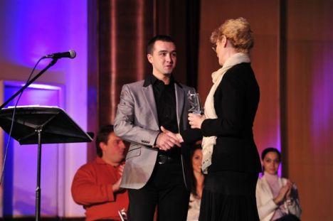 Neda_Todorovic_predaje_nagradu_Milosu_Stankovicu_za_LICN OST_ZIVOTNOG_STILA_2012.